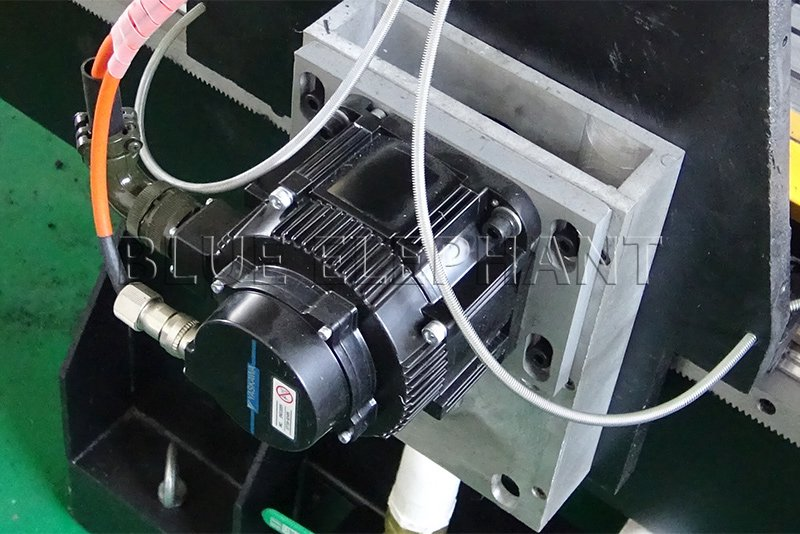 Motor yaskawa de la máquina de carpintería 1530 4 eje lineal automático cambiador de herramientas