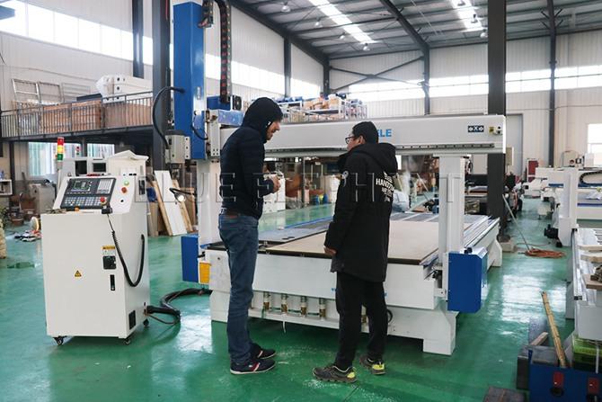 Kunde aus Libanon kaufte einen 4-Achsen-CNC-Router -2