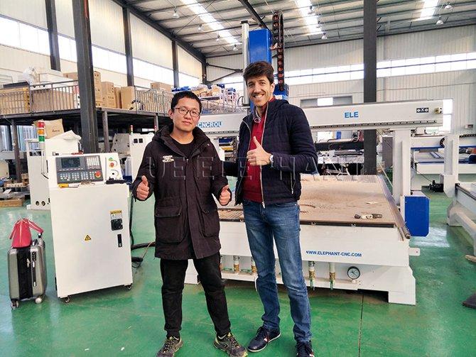 Kunde aus Libanon kaufte einen 4-Achsen-CNC-Router -3