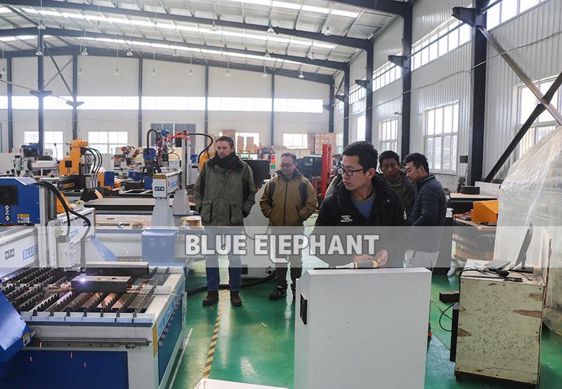 Australische Kunden kommen zur Fabrik, um die Plasmaschneidmaschine 01 zu sehen