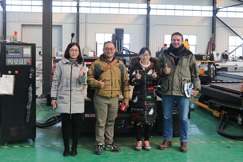 australian customers come to the factory to see the plasma cutting machine 02