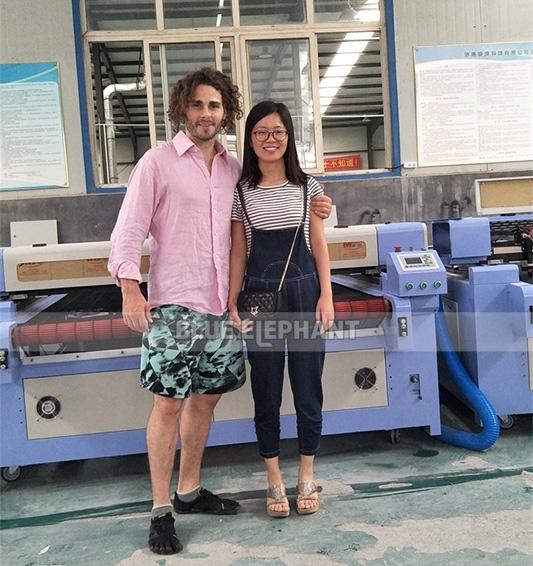Amerikanischer Kunde besucht 1326 CO2 Laser Graviermaschine (1)