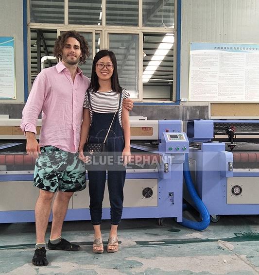 Amerikanischer Kunde besucht 1326 CO2 Laser Graviermaschine (2)