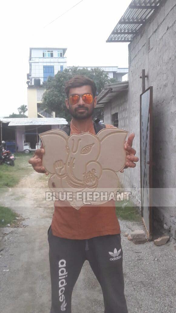 Nepalezen monsters van klanten-1325 pneumatisch systeem 3 spillen CNC-router met roterend apparaat (2)