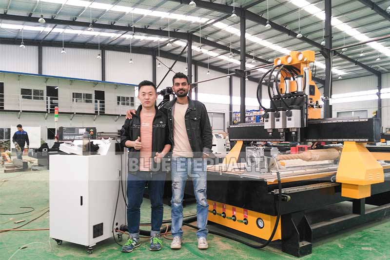 Nepalezen monsters van klanten-1325 pneumatisch systeem 3 spillen CNC-router met roterend apparaat (3)