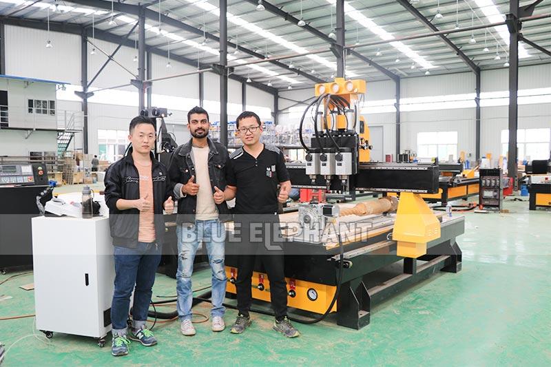 Amostras de clientes nepaleses - 1325 Sistema Pneumático 3 Spindles CNC Router com Dispositivo Rotativo (4)