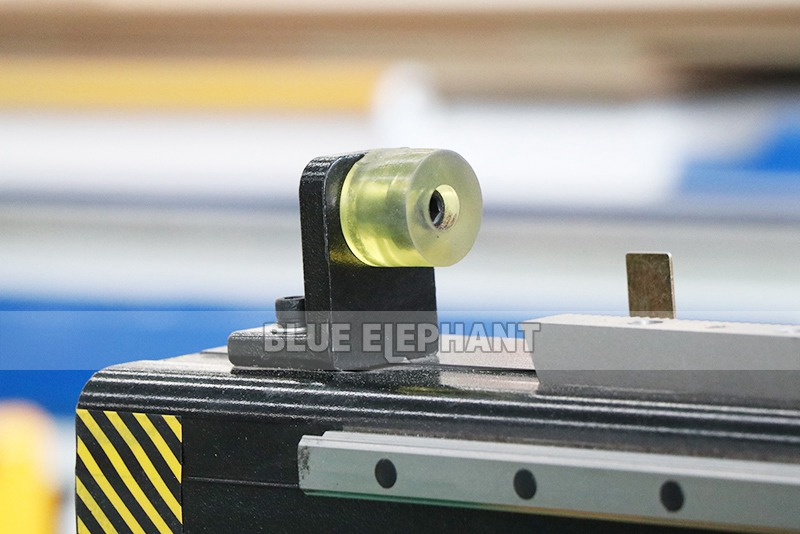 Chinesische CNC-Maschine 2040 Holzschnitzmaschinen für Holzmöbel (1)