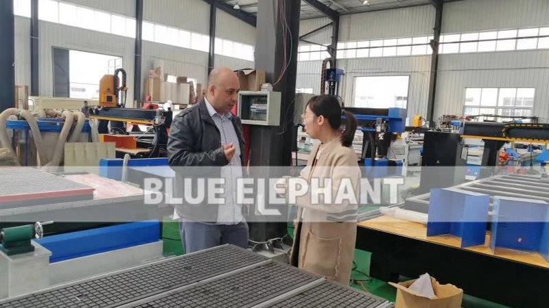 Kanadischer Kunde kam zu Besuch in unsere Fabrik und kaufte unsere 1325-Maschine (3)