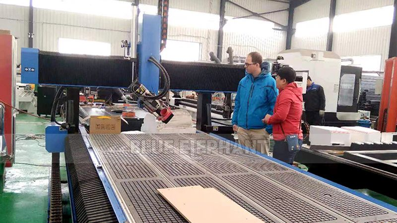 German Customer Check the Purchased 1325 CNC Machine (1)