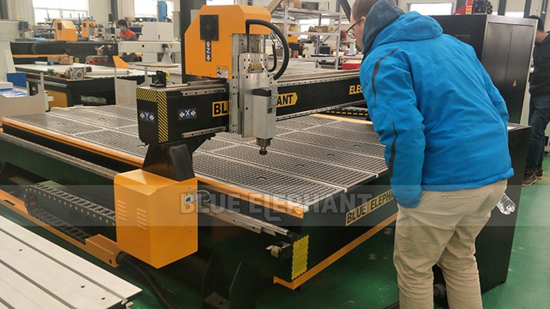 German Customer Check the Purchased 1325 CNC Machine (11)