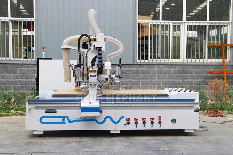 Esta máquina de madera tiene un dispositivo de alimentación automática para ahorrar energía.