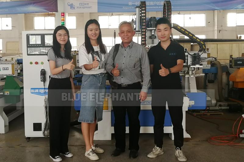 Blue Elephant recebe calorosamente os clientes do Laos para visitar nossa fábrica
